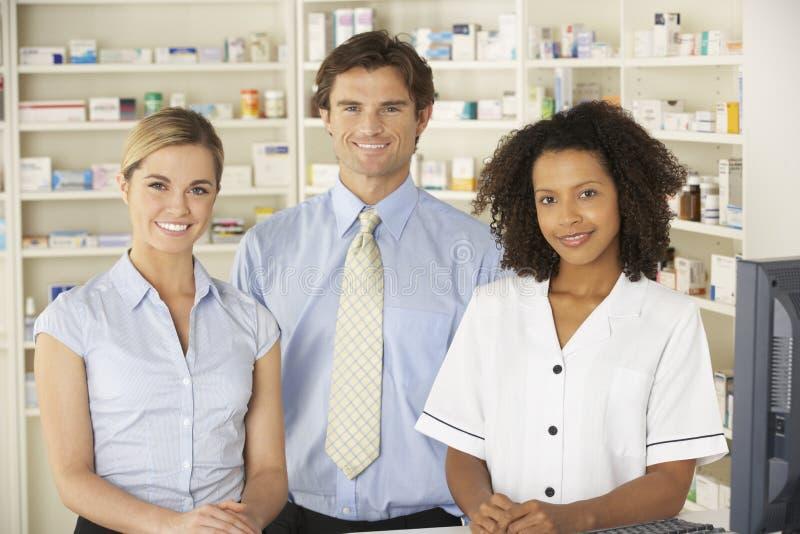 Νοσοκόμα που εργάζεται στον υπολογιστή στο φαρμακείο στοκ φωτογραφίες