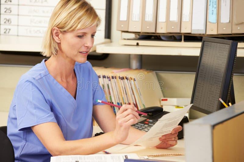 Νοσοκόμα που εργάζεται στο σταθμό νοσοκόμων στοκ φωτογραφίες με δικαίωμα ελεύθερης χρήσης