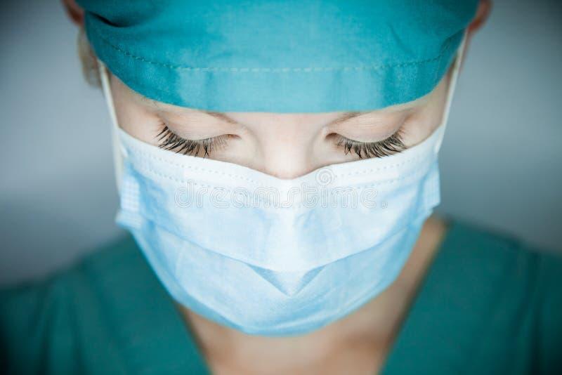 Νοσοκόμα που κοιτάζει κάτω στοκ εικόνες