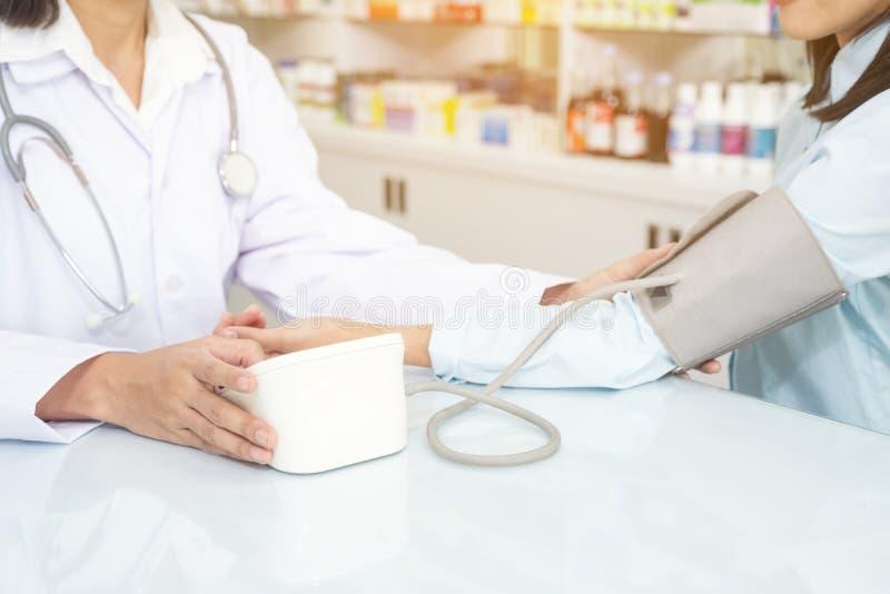 Νοσοκόμα που παίρνει την υπομονετική πίεση του αίματος ασύλων στοκ φωτογραφία