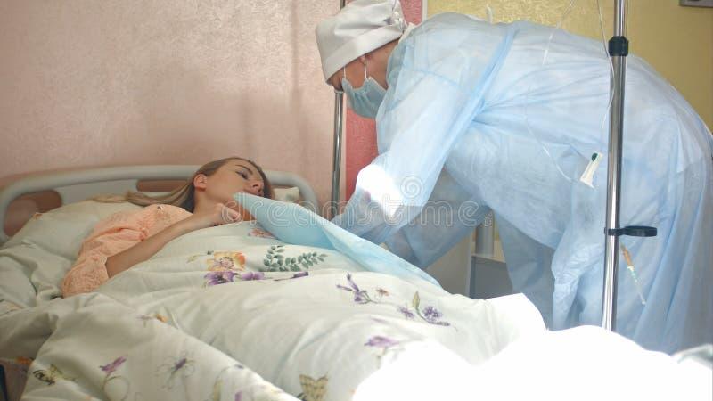 Νοσοκόμα που προετοιμάζει την υπομονετική φλέβα προκειμένου να τεθεί IV σωλήνας στοκ φωτογραφία με δικαίωμα ελεύθερης χρήσης