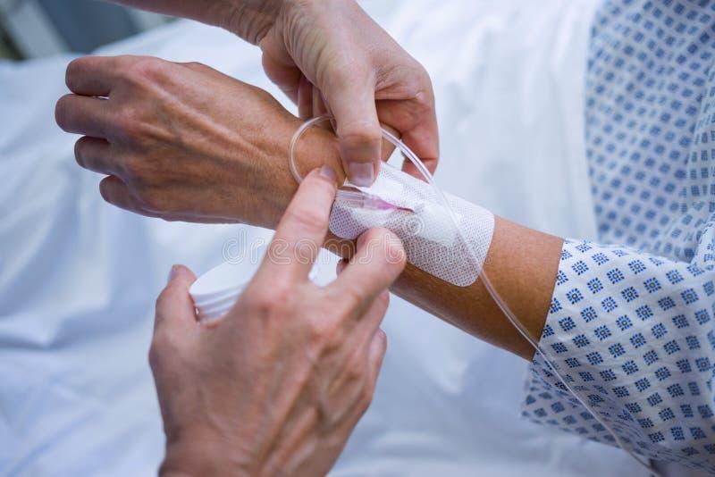Νοσοκόμα που συνδέει IV σταλαγματιά σε ετοιμότητα υπομονετικό του s στοκ εικόνες με δικαίωμα ελεύθερης χρήσης