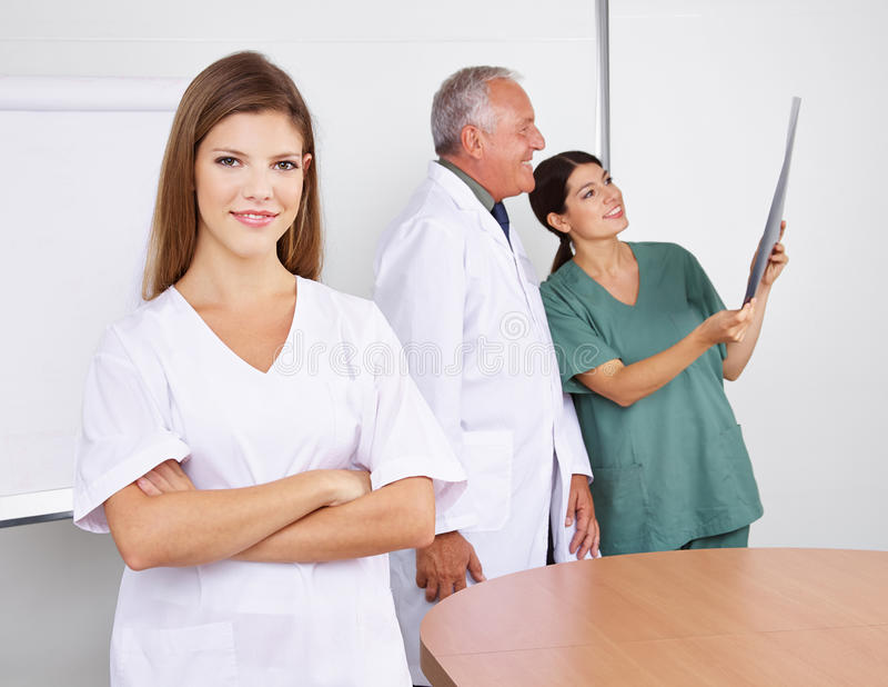 Νοσοκόμα στην ομάδα στο νοσοκομείο στοκ φωτογραφίες