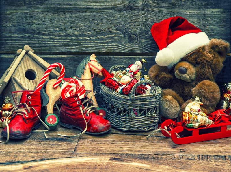Νοσταλγική διακόσμηση Χριστουγέννων με τα παλαιά παιχνίδια στοκ εικόνες με δικαίωμα ελεύθερης χρήσης
