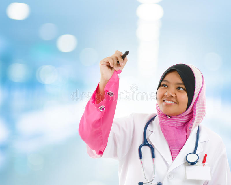 Νοτιοανατολικός ασιατικός μουσουλμανικός φοιτητής Ιατρικής στοκ φωτογραφία με δικαίωμα ελεύθερης χρήσης