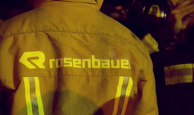 Νοτιοαφρικανικοί πυροσβέστες μαρκαρισμένο στο Ronsenbauer εργαλείο αποθηκών τη νύχτα στοκ εικόνες