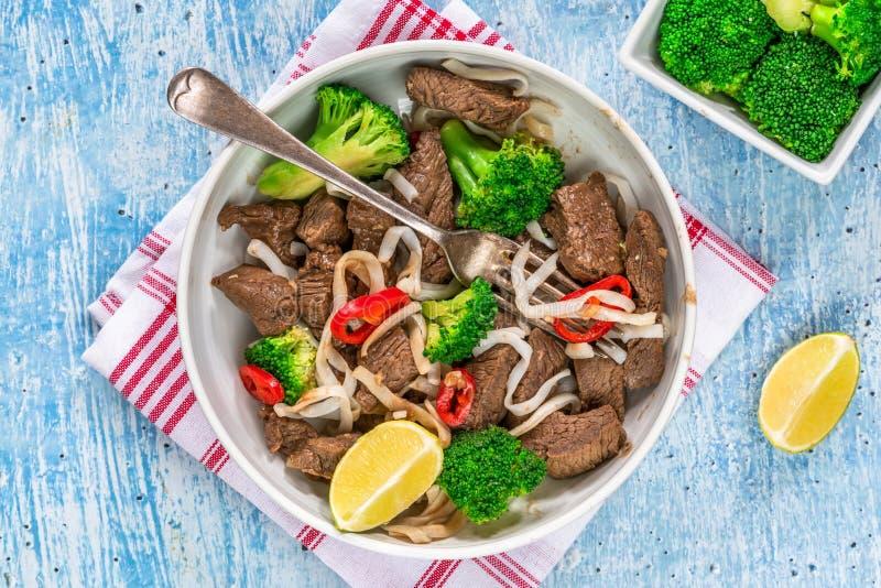 Νουντλς βόειου κρέατος και μπρόκολου στοκ φωτογραφίες