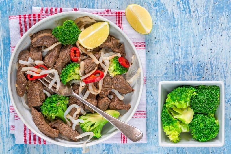 Νουντλς βόειου κρέατος και μπρόκολου στοκ εικόνες με δικαίωμα ελεύθερης χρήσης