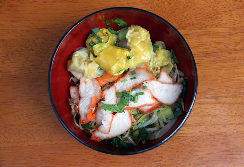 Νουντλς και χοιρινό κρέας αυγών wonton με το κόκκινο ψημένο χοιρινό κρέας στο ιαπωνικό κύπελλο στοκ εικόνα με δικαίωμα ελεύθερης χρήσης