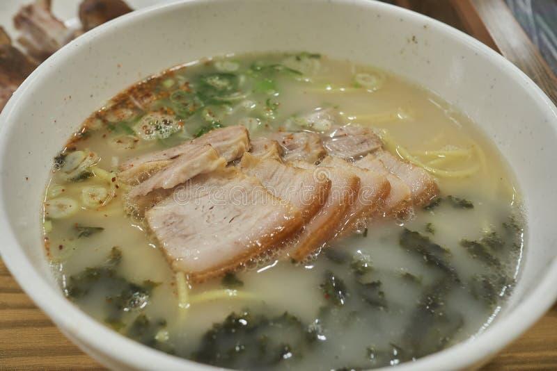 Νουντλς κρέατος με τις φέτες της κοιλιάς χοιρινού κρέατος με τα ανάμεικτα λαχανικά του νησιού Jeju, Νότια Κορέα στοκ εικόνα