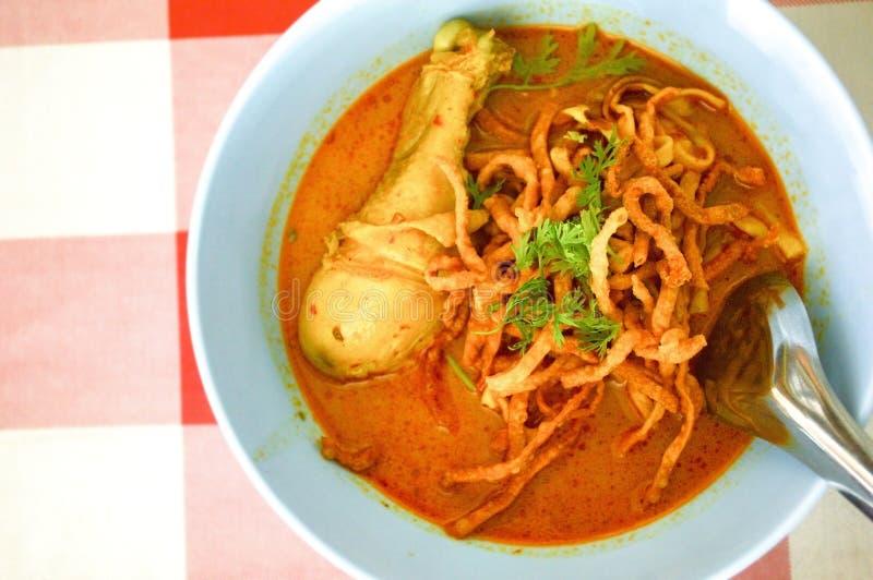 Νουντλς με τη σούπα κάρρυ κοτόπουλου στοκ φωτογραφίες