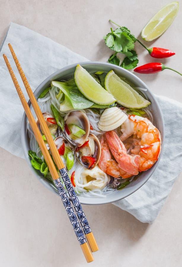 Νουντλς ρυζιού με τις γαρίδες και τα θαλασσινά, πικάντικα ασιατικά νουντλς ύφους στοκ εικόνα