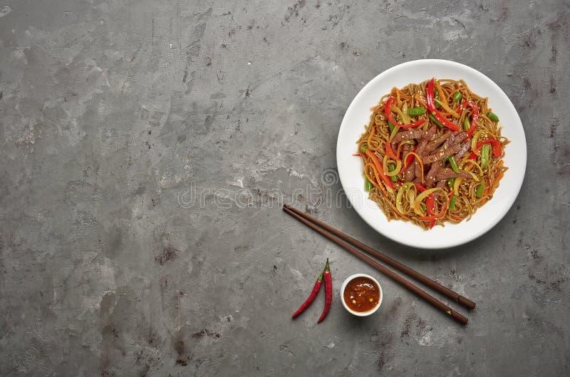 Νουντλς Soba με το βόειο κρέας και λαχανικά στο γκρίζο υπόβαθρο πετρών E στοκ εικόνα με δικαίωμα ελεύθερης χρήσης