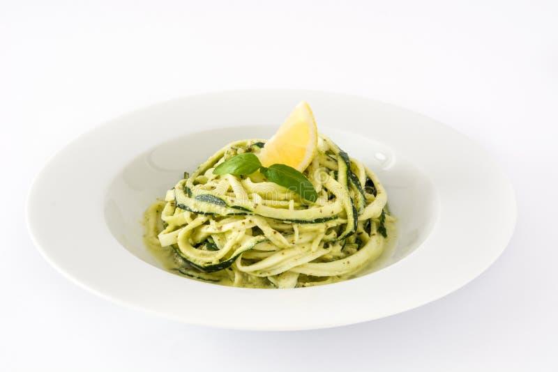 Νουντλς κολοκυθιών με τη σάλτσα pesto στο άσπρο υπόβαθρο στοκ φωτογραφίες με δικαίωμα ελεύθερης χρήσης