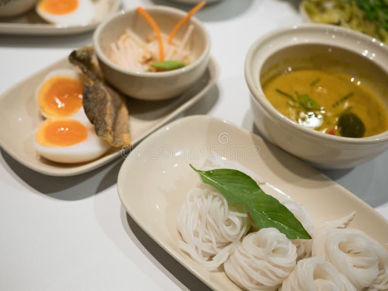 Νουντλς ρυζιού στη σάλτσα κάρρυ ψαριών με τα λαχανικά στοκ εικόνες με δικαίωμα ελεύθερης χρήσης