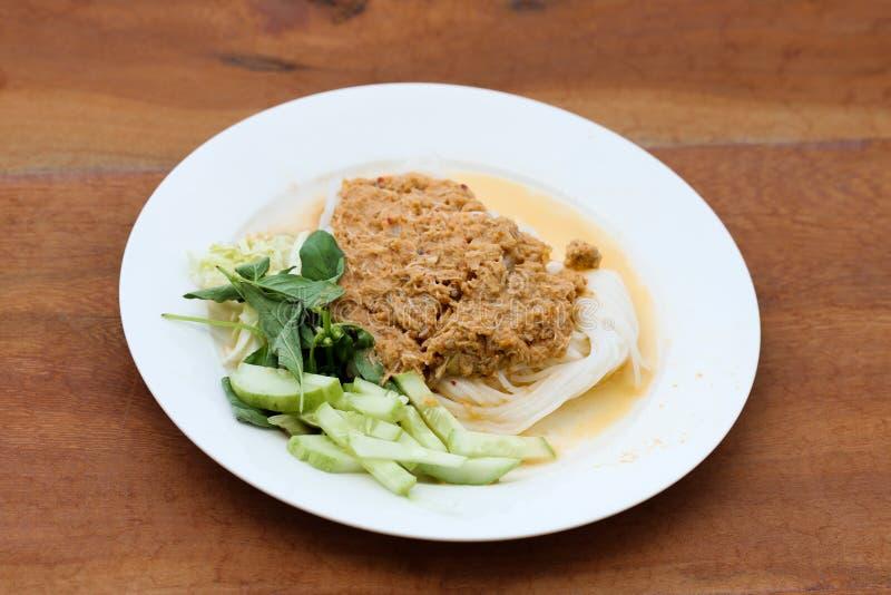 Νουντλς ρυζιού στη σάλτσα καβουριών κάρρυ ψαριών με τα λαχανικά στοκ φωτογραφίες