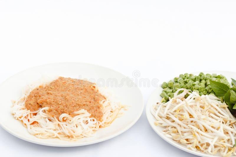 Νουντλς ρυζιού στη σάλτσα και τα λαχανικά κάρρυ ψαριών στοκ εικόνες με δικαίωμα ελεύθερης χρήσης