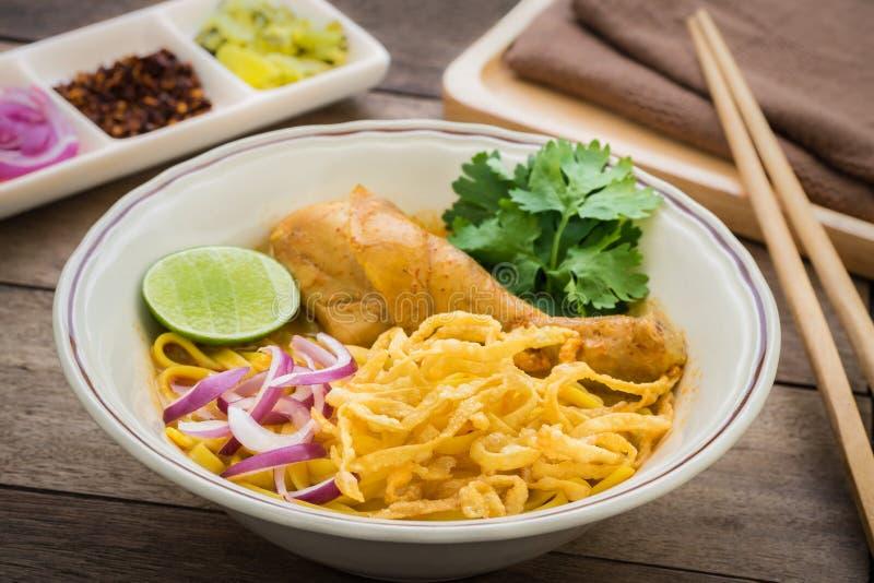 Νουντλς στο κάρρυ κοτόπουλου (Khao Soi), ταϊλανδικά τρόφιμα στοκ εικόνες