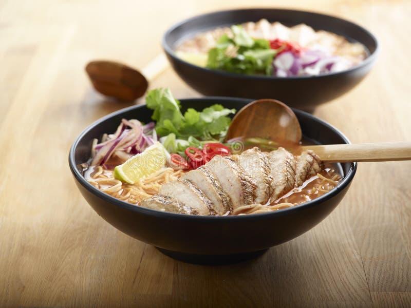 Νουντλς Ramen κοτόπουλου τσίλι τρόπου ζωής με το ψημένο βόειο κρέας, λεμόνι, στοκ εικόνα με δικαίωμα ελεύθερης χρήσης