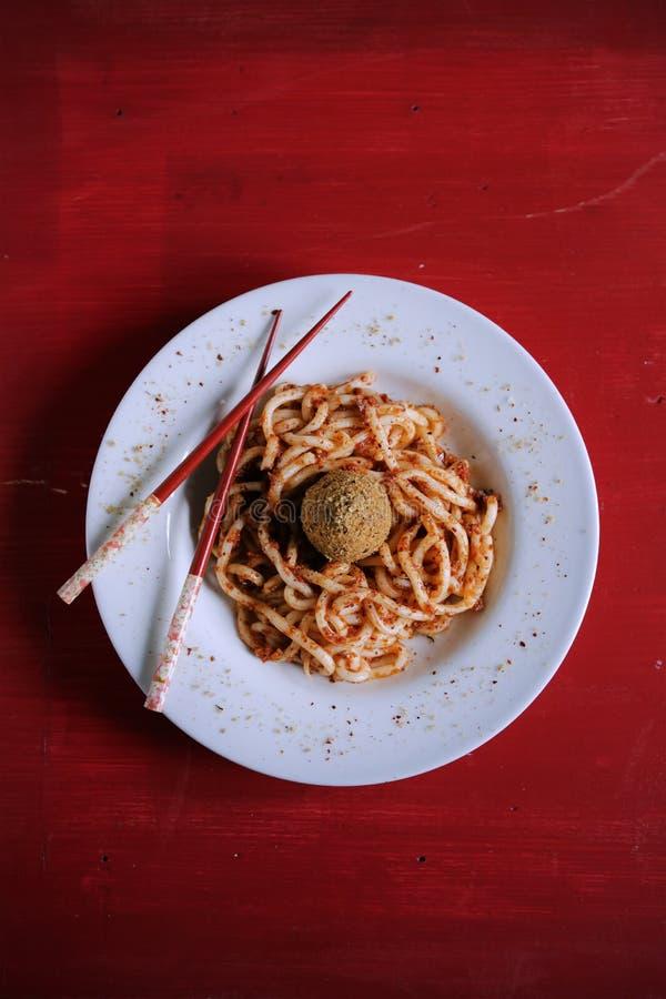 Νουντλς Udon με το κόκκινο pesto σάλτσας και τις μαλακές boile τριμμένες φρυγανιές αυγών στοκ εικόνες με δικαίωμα ελεύθερης χρήσης