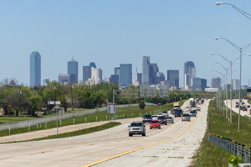 Ντάλλας, TX/USA - τον Απρίλιο του 2009 circa: Στο κέντρο της πόλης Ντάλλας, Τέξας όπως βλέπει από το διαπολιτειακό αυτοκινητόδρομ στοκ εικόνες με δικαίωμα ελεύθερης χρήσης