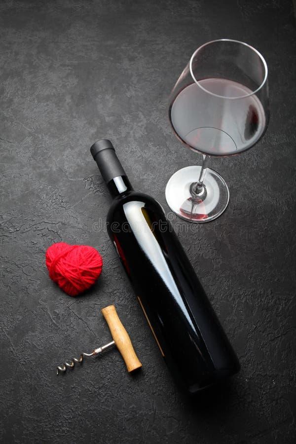 Ντεκόρ κρασιού για την ημέρα του βαλεντίνου, φυσικό κόκκινο κρασί στοκ φωτογραφίες