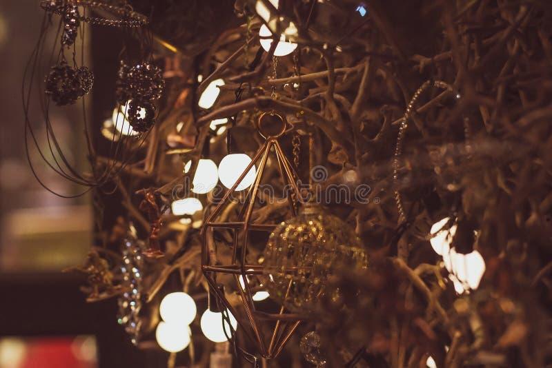Ντεκόρ λαμπών φωτός στο κόμμα αφηρημένο χριστουγεννιάτικο δέντρο διανυσματική απεικόνιση