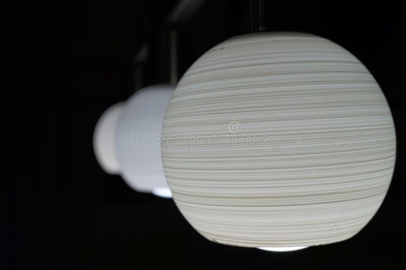 Ντεκόρ λαμπών φωτός φωτεινό στο σκοτεινό υπόβαθρο στοκ εικόνες