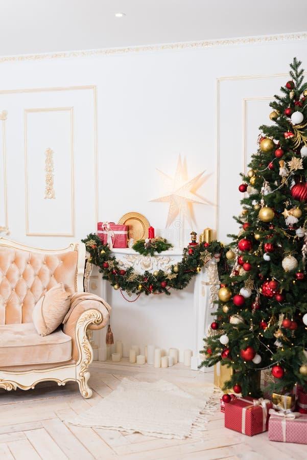 Ντεκόρ του νέου έτους στο δωμάτιο με ένα χριστουγεννιάτικο δέντρο, μια εστία και τα δώρα στοκ φωτογραφίες με δικαίωμα ελεύθερης χρήσης