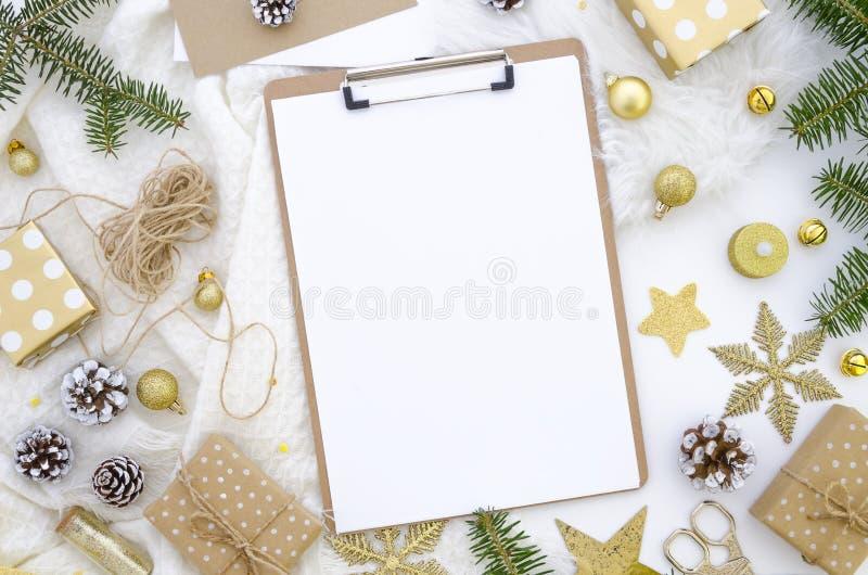 Ντεκόρ Χριστουγέννων προτύπων περιοχών αποκομμάτων Ρύθμιση στα χρυσά χρώματα κρητιδογραφιών Επίπεδος βάλτε τη τοπ άποψη στοκ φωτογραφία με δικαίωμα ελεύθερης χρήσης