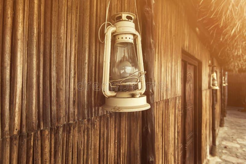 Ντεμοντέ εκλεκτής ποιότητας λαμπτήρας φαναριών πετρελαίου κηροζίνης με τον ηλικίας ξύλινο τοίχο στοκ φωτογραφία