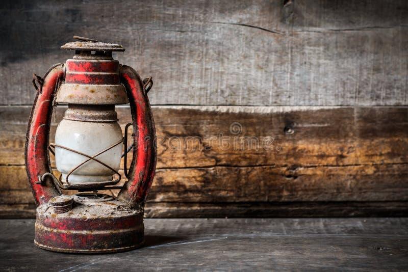 Ντεμοντέ εκλεκτής ποιότητας κάψιμο λαμπτήρων φαναριών πετρελαίου κηροζίνης με ένα μαλακό φως πυράκτωσης με το ηλικίας ξύλινο πάτω στοκ εικόνα με δικαίωμα ελεύθερης χρήσης