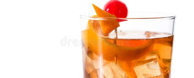Ντεμοντέ κοκτέιλ με το πορτοκάλι και κεράσι που απομονώνεται o στοκ φωτογραφία με δικαίωμα ελεύθερης χρήσης