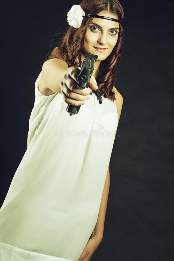 Download Ντεμοντέ κορίτσι με το πυροβόλο όπλο Στοκ Εικόνα - εικόνα από παλαιός, guns: 62704251