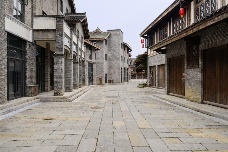Ντεμοντέ κτήρια με τις προσόψεις τούβλου κατά μήκος flagstone του stree στοκ εικόνες με δικαίωμα ελεύθερης χρήσης