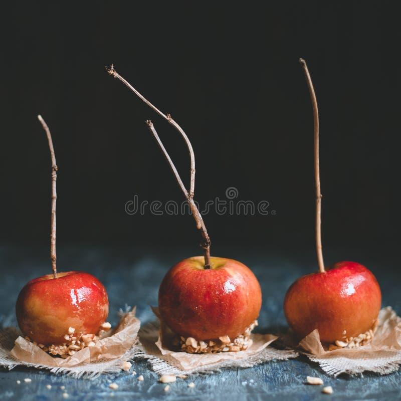 Ντεμοντέ μήλα καραμέλας με τα ραβδιά και τα καρύδια brunch Τετραγωνική συγκομιδή στοκ εικόνες