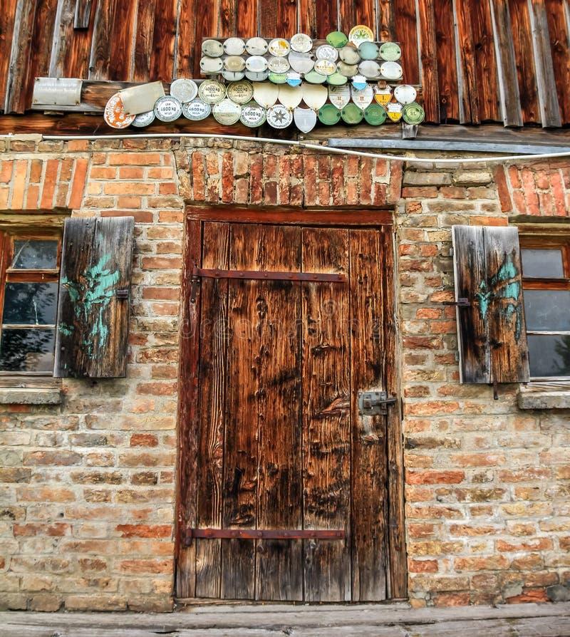 Ντεμοντέ πόρτα της αγροικίας στις Άλπεις στοκ φωτογραφίες