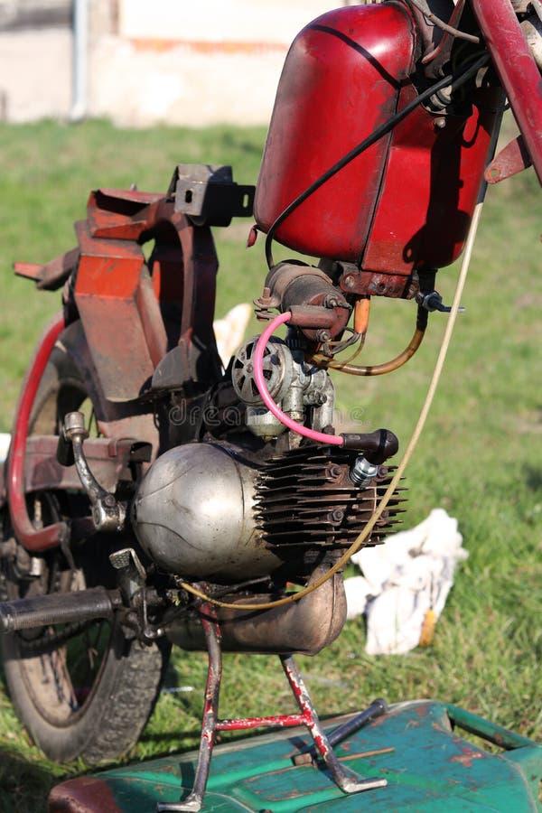 Ντεμοντέ τσεχική κόκκινη μοτοσικλέτα κατά τη διάρκεια της συντήρησης στον κήπο Βαθμιαία ι επισκευάζει όλα τα μέρη της μοτοσικλέτα στοκ εικόνες