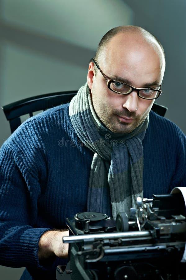 Ντεμοντέ φαλακρός συγγραφέας στα γυαλιά στοκ φωτογραφίες