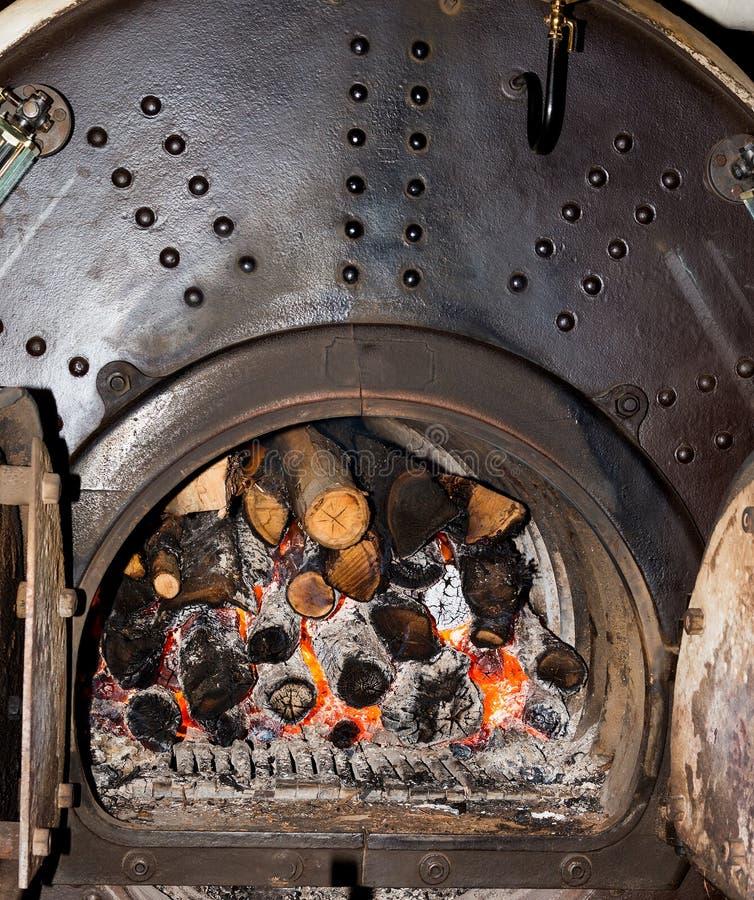 Ντεμοντέ φούρνος με το κάψιμο των ανθράκων στοκ εικόνα με δικαίωμα ελεύθερης χρήσης