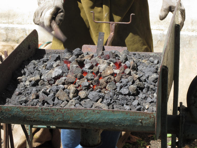 Ντεμοντέ φούρνος σιδηρουργών με το κάψιμο των ανθράκων για την εργασία σιδήρου στοκ εικόνες με δικαίωμα ελεύθερης χρήσης