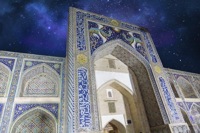 Ντιβάνι-Begi Madrasah ναδίρ στον έναστρο βλαστό νύχτας ουρανού στοκ εικόνες