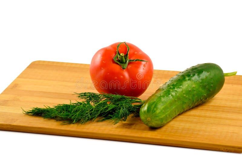 Ντομάτα, αγγούρι και άνηθος σε ένα άσπρο υπόβαθρο στοκ φωτογραφίες