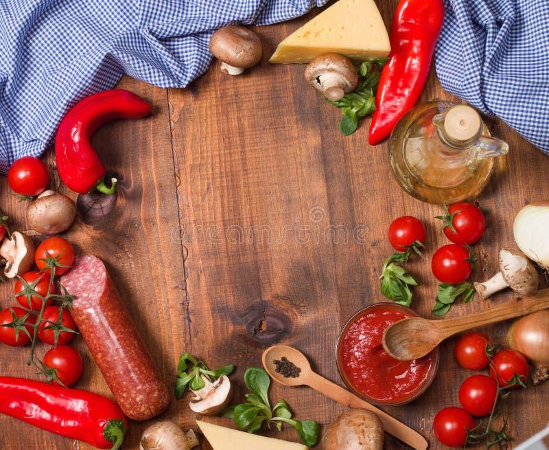 ντομάτα σαλαμιού πιτσών paprica συστατικών τυριών στοκ φωτογραφίες με δικαίωμα ελεύθερης χρήσης