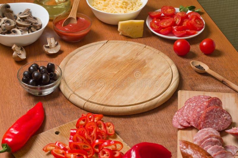 ντομάτα σαλαμιού πιτσών paprica συστατικών τυριών στοκ εικόνες