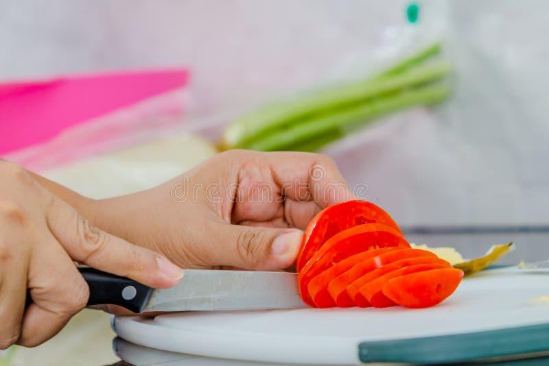 Ντομάτα Cuting στοκ φωτογραφίες
