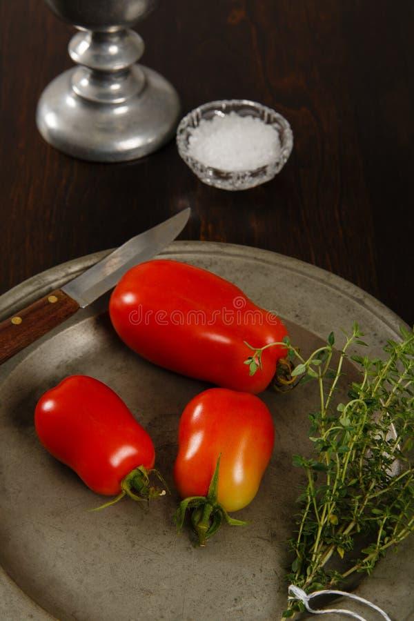 Ντομάτες δαμάσκηνων σε ένα πιάτο πηούτερ στοκ εικόνα με δικαίωμα ελεύθερης χρήσης