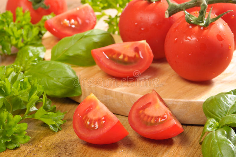 ντομάτες αποκοπών βασιλ&iot στοκ φωτογραφίες