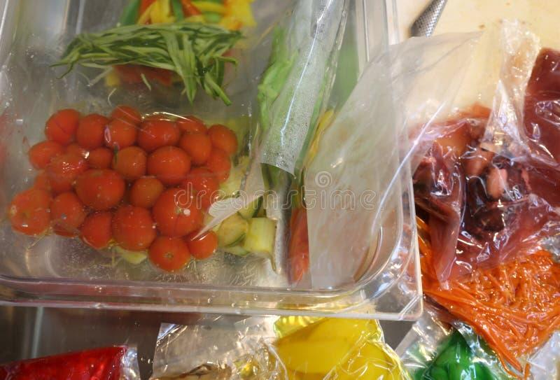 Ντομάτες και άλλα μαγειρευμένα λαχανικά στο κενό - που συσκευάζεται στοκ φωτογραφία
