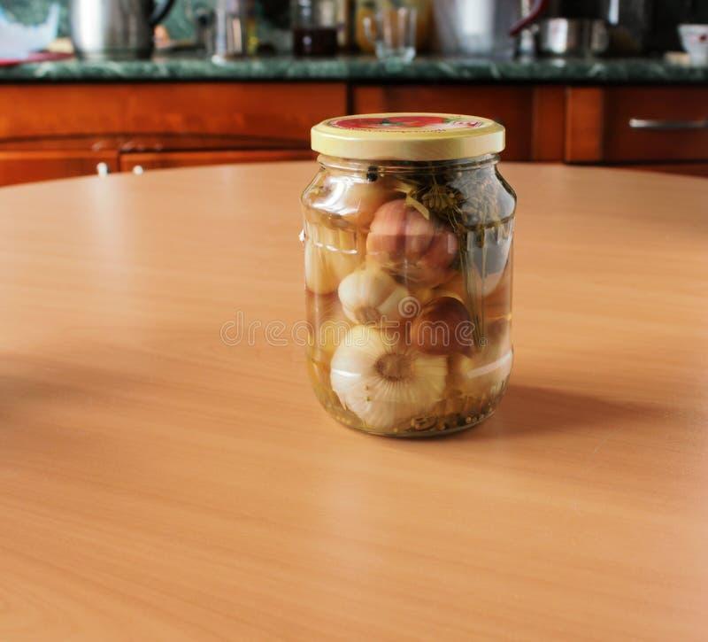 Ντομάτες και σκόρδο, που κονσερβοποιούνται στοκ φωτογραφία